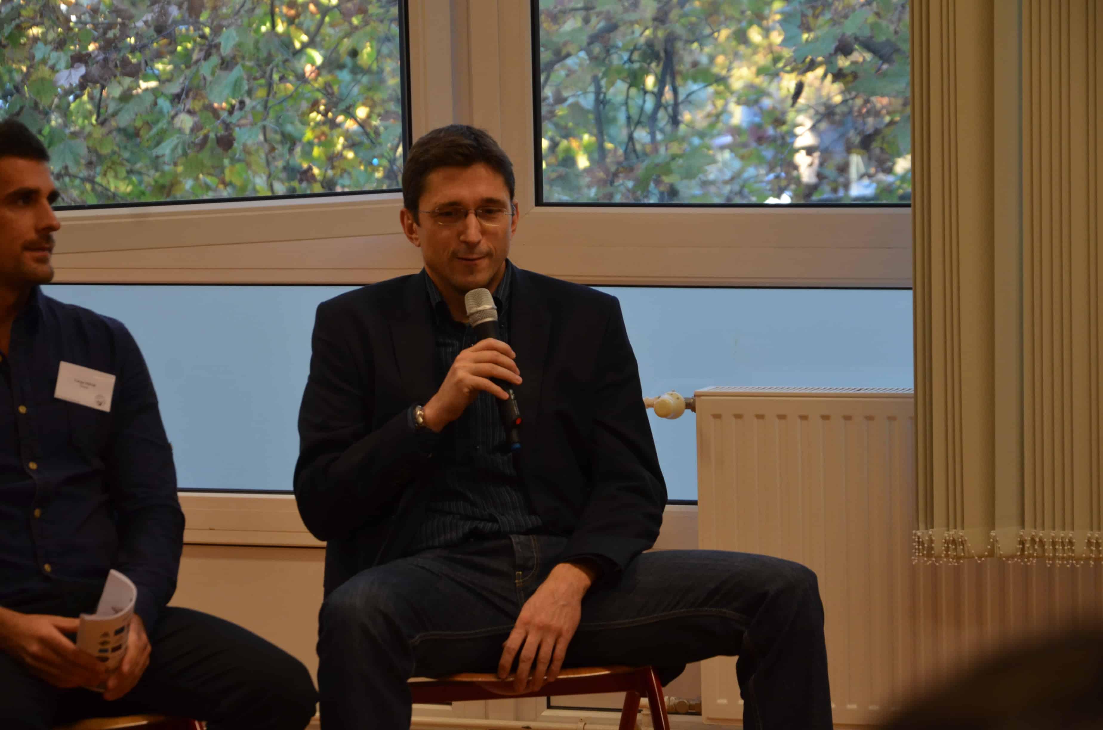 Imre Géza felszabadultan és őszintén beszélt tapasztalatairól a kerekasztal során és utána is. Forrás: Forum Humanum, készítette: Orbán Kata.