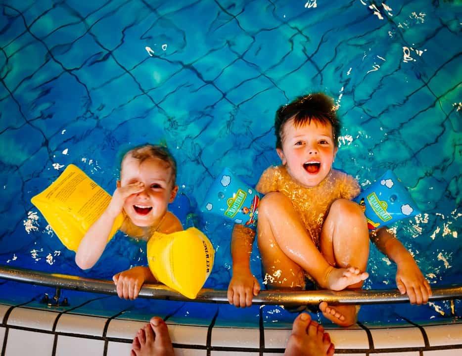 Az úszás magas intenzitású kardió edzés. Ennek ellenére mégsem károsítja az ízületeket.