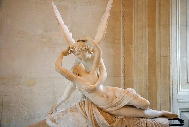 Bizonyos korokban teljesen természetes volt, hogy meztelen testeket ábrázoltak a művészek. (Antonio Canova: Ámor csókjával életre kelti Pszichét, Louvre)