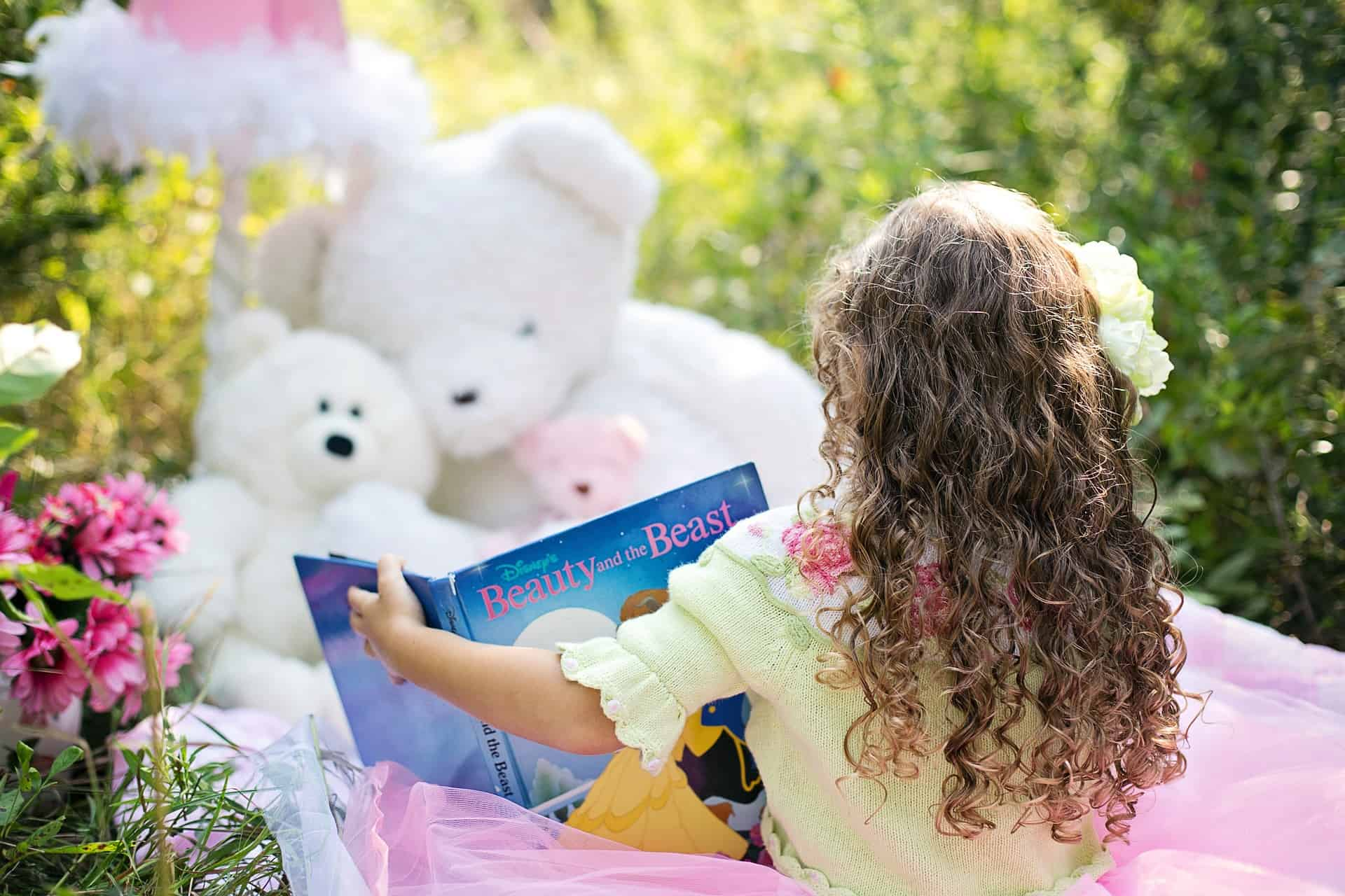 little-girl-reading-912380_1920