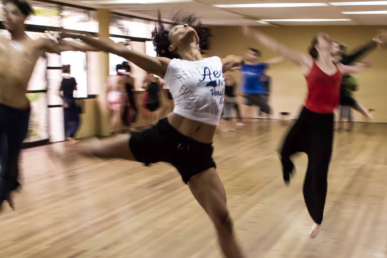 A tánc közben személyiségünket teljesebben élhetjük meg, ezáltal képesek lehetünk újraszervezni a berögzült sémáinkat.