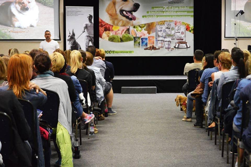 A nézők soraiban néhány szerencsés kutya is helyet foglalhatott, akik több alkalommal hozzá is szóltak az interaktív előadáshoz. Forrás: Pszichológiai Felnőttképzés on Facebook.