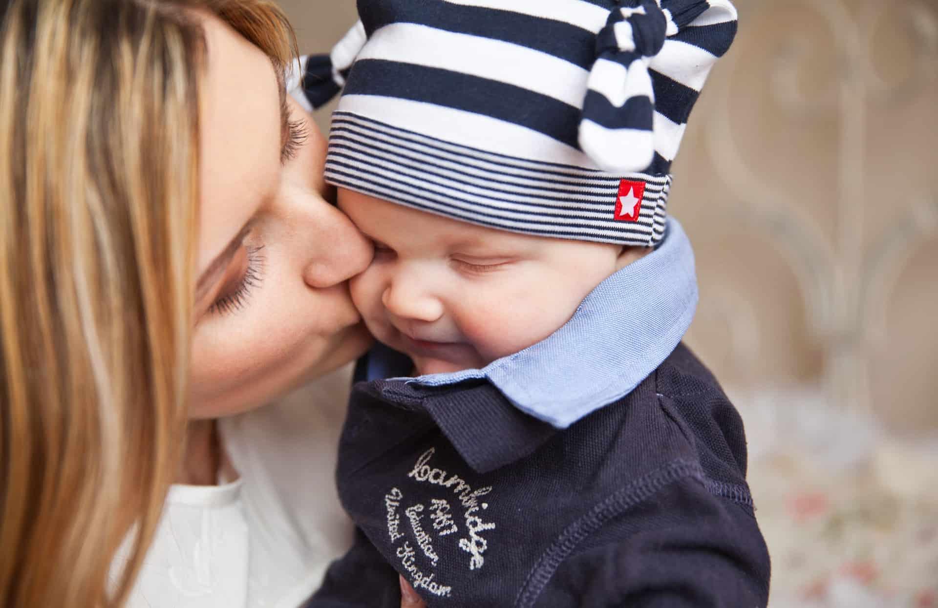 Miközben az újdonsült édesanya igyekszik ráhangolódni kisbabája minden rezdülésére, az apák gyakran kiszorulnak, peremhelyzetbe kerülnek.