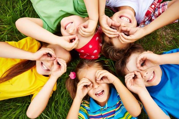 children-playing-on-grass_1098-504