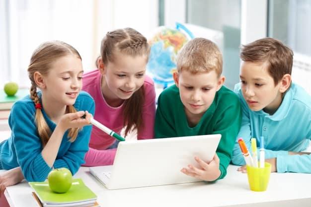 classmates-working-together_1098-2588