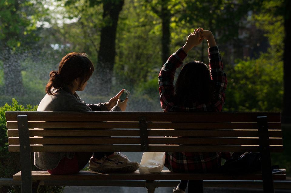 Gyakran érezzük magunkat feleslegesnek, amikor egy találkozón a másik fél pötyög, miközben velünk beszél. Ha ezt gyakran észleljük, mindenképpen beszéljünk vele, a megbántottság-érzet ugyanis eszkalálódik bennünk, s későbbi konfliktusok forrása lehet.