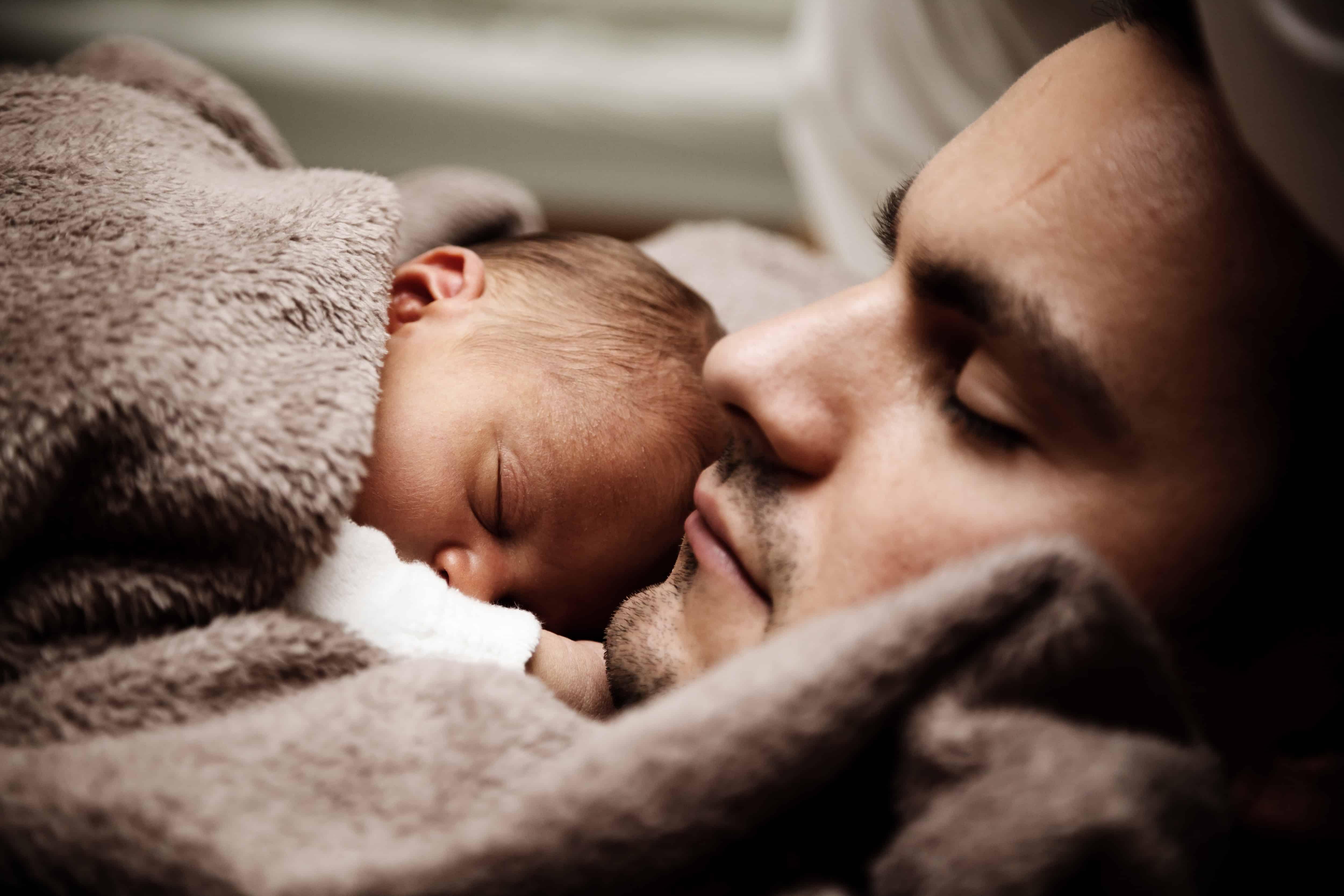 A csecsemő ellátásába bevonódott apa a későbbi jó kapcsolatát is alapozhatja gyermekével. Emellett sokat tehet a harmónia és a hármas egyensúly mielőbbi megtalálásáért.