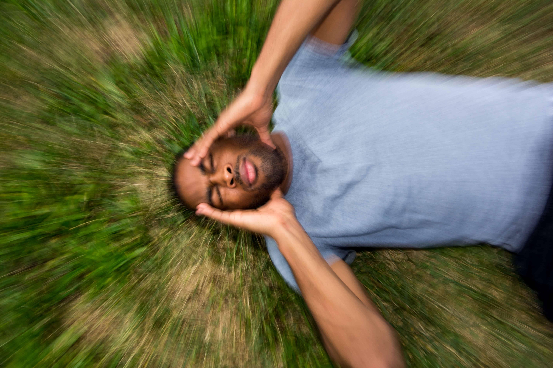 Tipikus pszichoszomatikus tünetek közé tartozik a fejfájás.