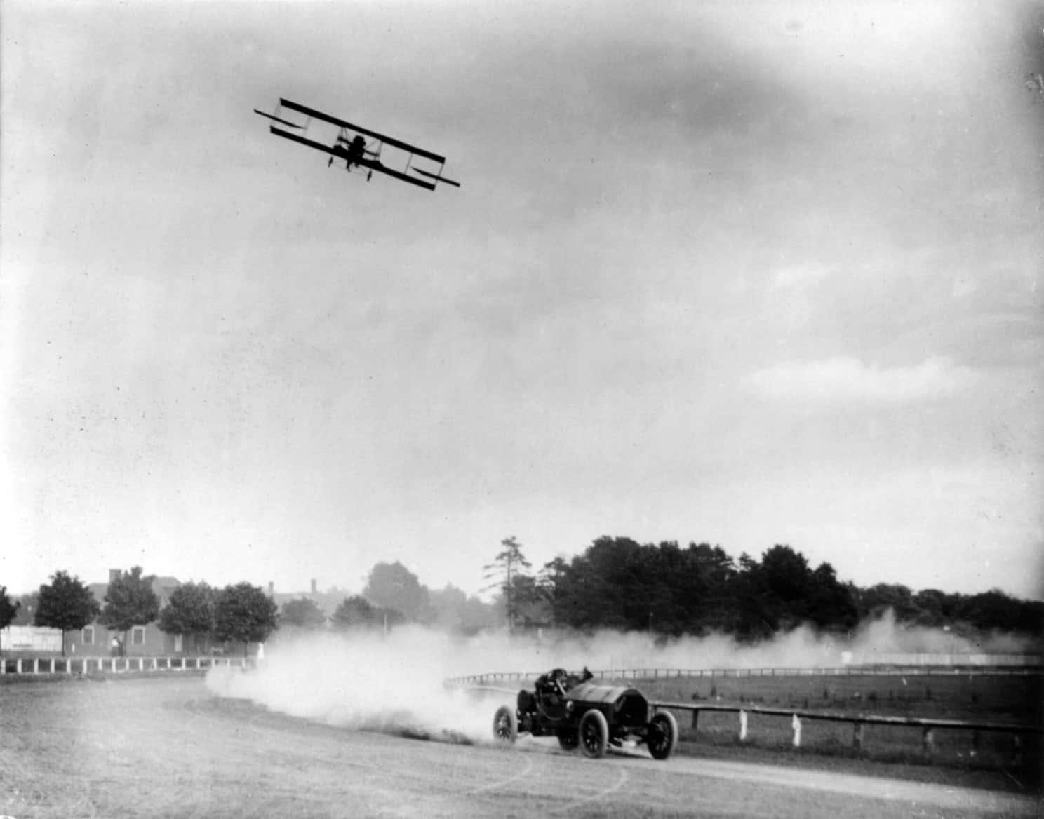 Lincoln_Beachey_and_Barney_Oldfield_racing_cph.3b18665