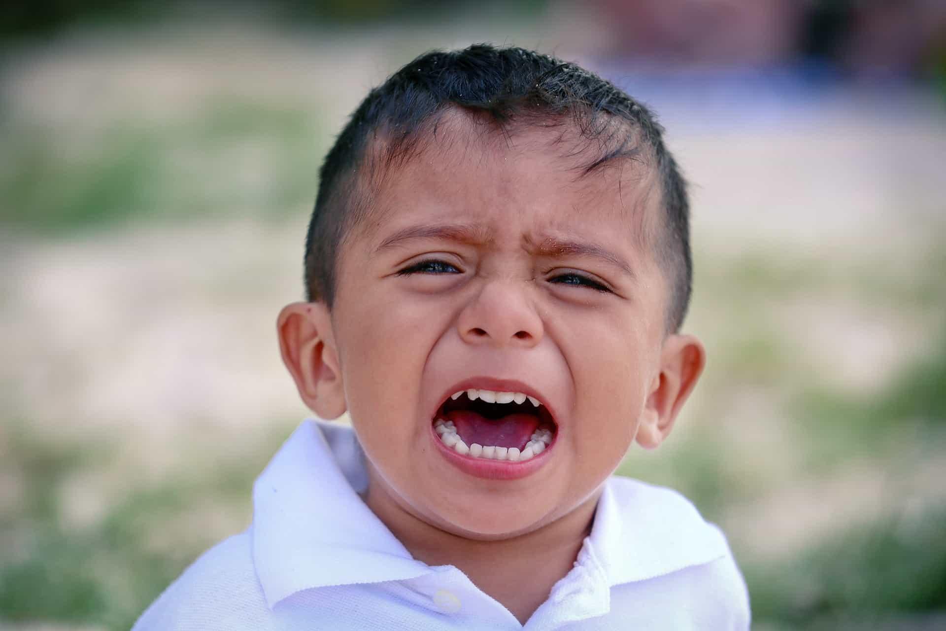 Fontos megnyugtatni a gyermeket, és elmagyarázni ellenzésünk okát, ahelyett, hogy magára hagynánk.