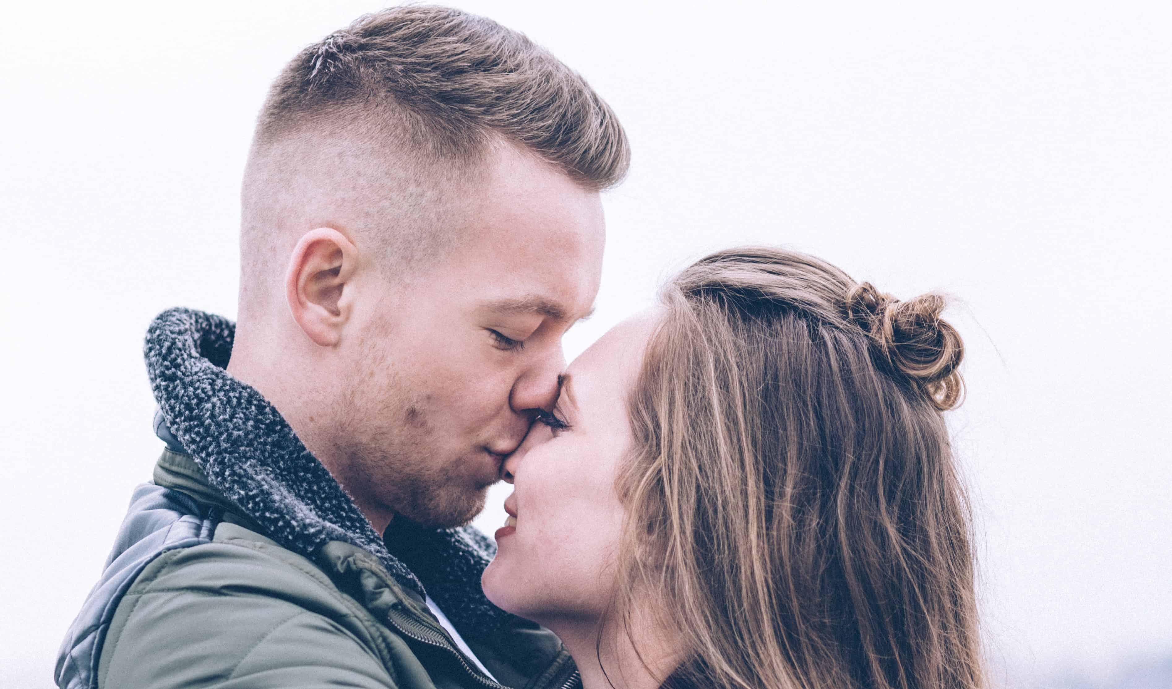 A párkapcsolat elején kialakuló intimitás jellemzője egymás kedveskedő megszólítása