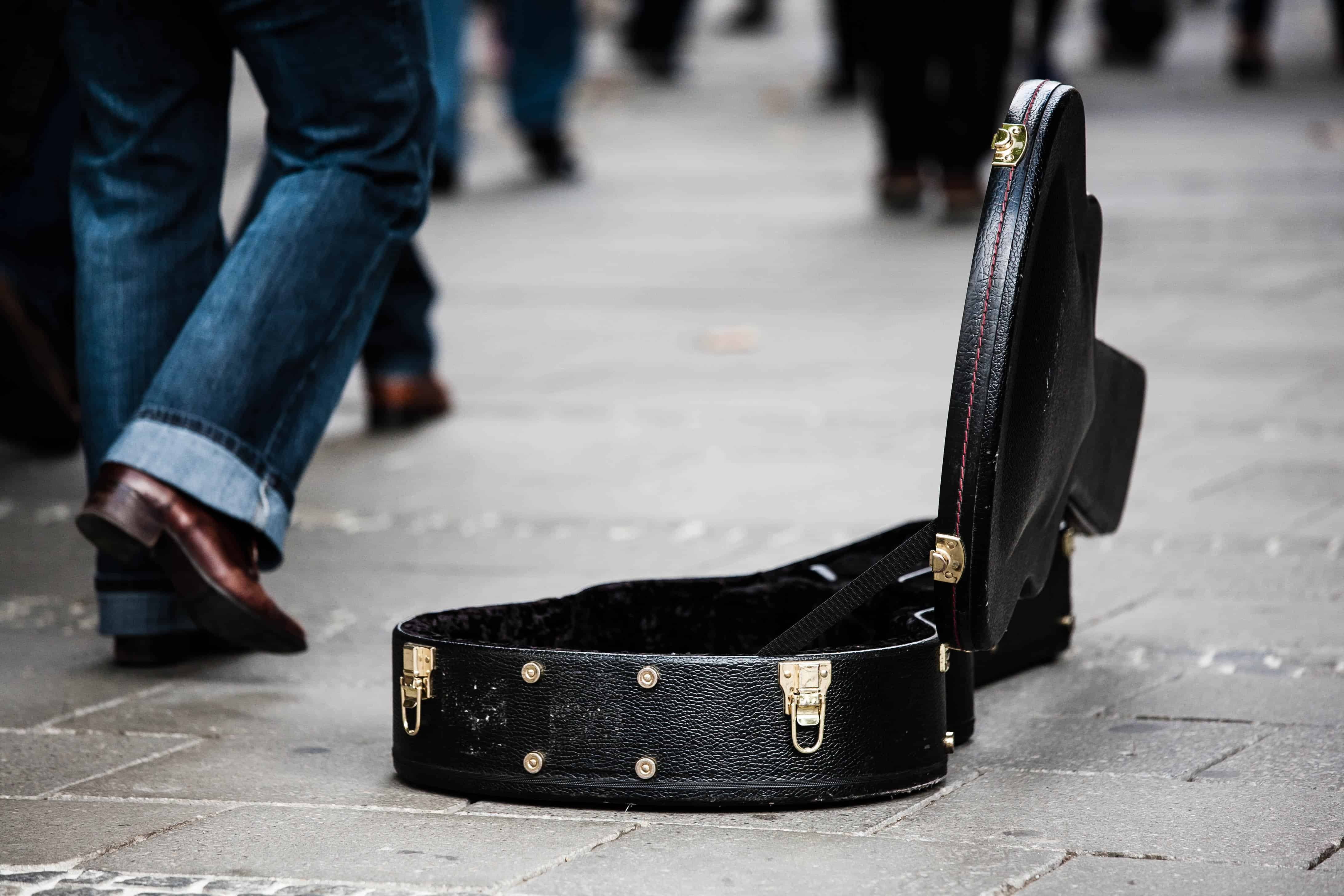 adakozni utcazenésznek